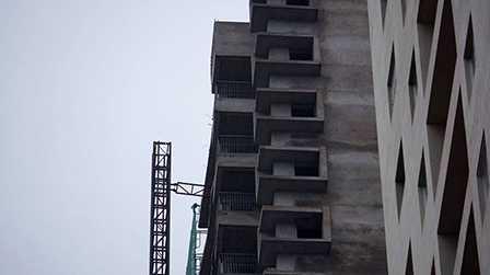 Một số nhân chứng cho biết, chiếc vận thang bị rơi khi đang ở độ cao khoảng tầng 20 của tòa nhà