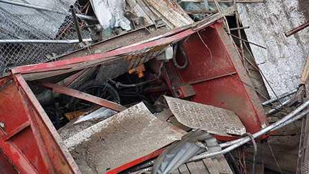 Buồng thang máy hư hỏng nặng sau cú rơi tự do