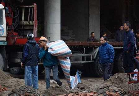 Công nhân lấy bạt quây kín khu vực phát hiện thi thể hai người gặp nạn