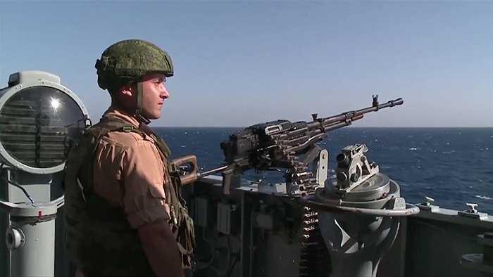 Quân nhân Nga trực chiến cảnh giới trên tuần dương hạm