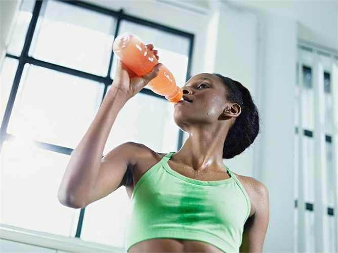 Nước uống thể thao: Đồ uống thể thao cung cấp cho bạn năng lượng để bạn vận động tốt hơn. Tuy nhiên, nước uống thể thao làm cho bạn béo vì chúng được nạp với đường và carbohydrate. Vì vậy tốt nhất hãy lựa chọn nước để cung cấp cho bạn năng lượng và sức chịu đựng.