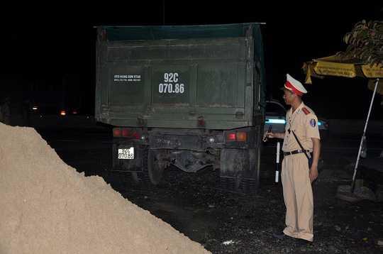 Né trạm cân, xe ben, tháo chạy, đổ cát trên đường, xe tải, Quảng Nam, CSGT