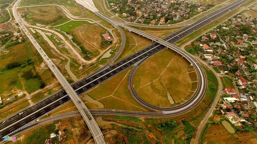 Kể từ ngày 5/12, cao tốc Hà Nội - Hải Phòng sau khi thông xe toàn tuyến sẽ giúp cho người đi đường rút ngắn được khoảng thời gian từ 2,5 giờ trước đây xuống còn 1 giờ. Trong ảnh là điểm đầu của tuyến, nơi giao cắt với đường dẫn cầu Thanh Trì (Hà Nội).