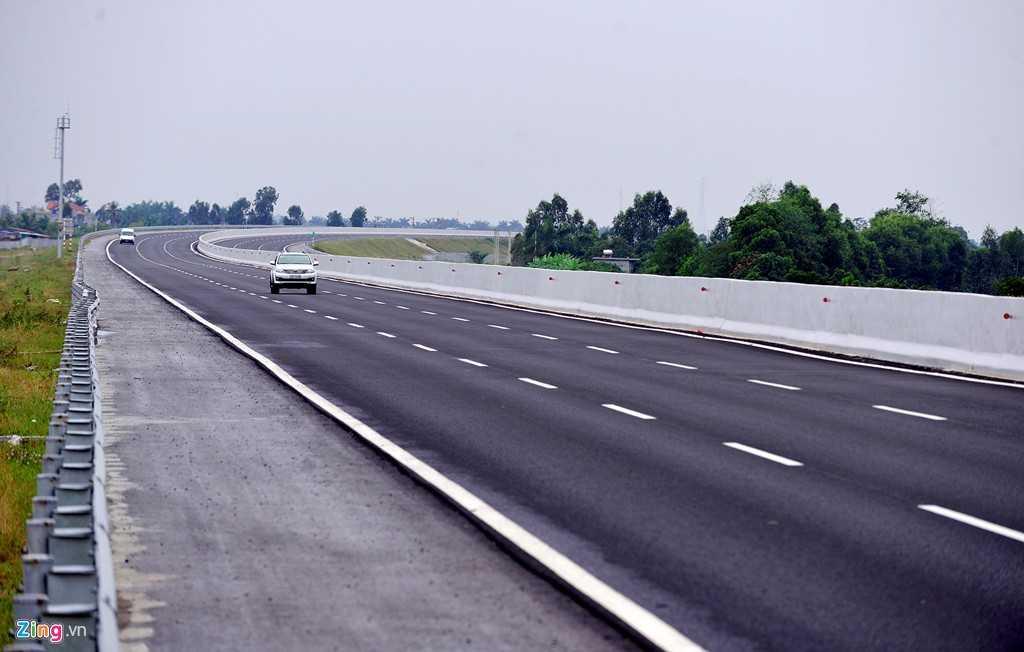 Giống như quốc lộ 5 cũ, cao tốc Hà Nội - Hải Phòng cũng chạy qua 4 tỉnh, thành phố gồm Hà Nội, Hưng Yên, Hải Dương, Hải Phòng. Đặc thù địa hình thấp, bằng phẳng, không nhiều quanh co như đường miền núi nên tài xế đi khá đều chân ga.