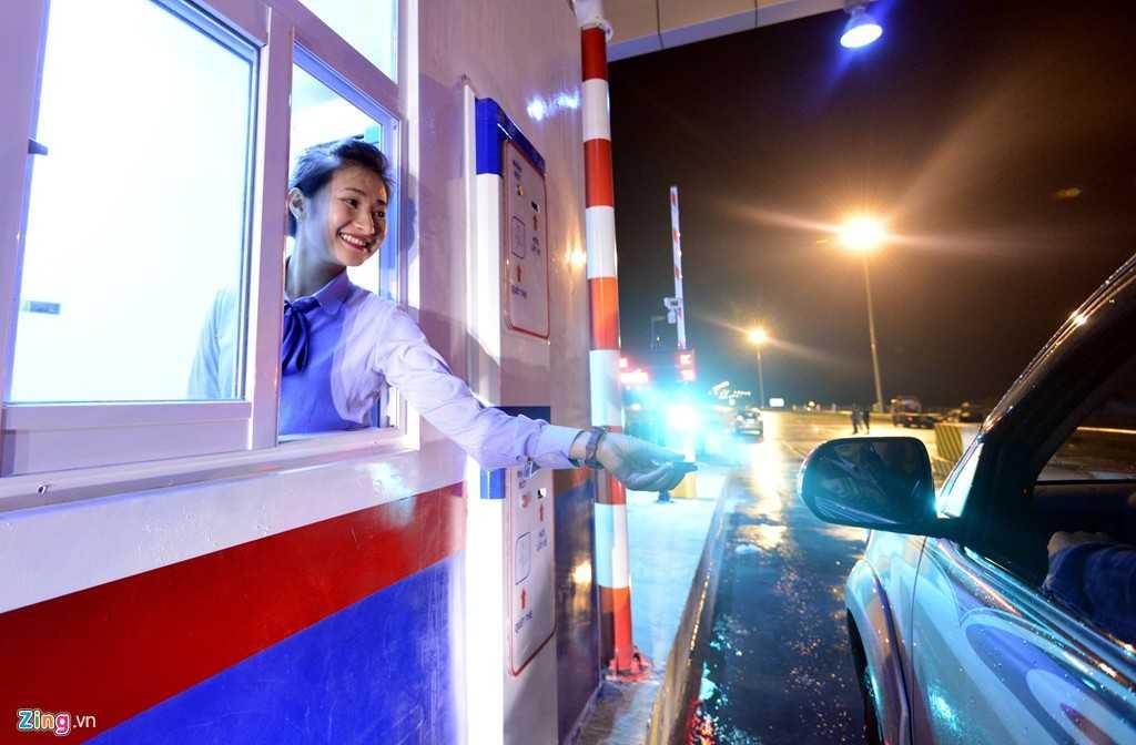 Tại các điểm thu phí, nhân viên quầy soát vé chào hỏi từng tài xế đi qua một cách thân thiện, vui vẻ.