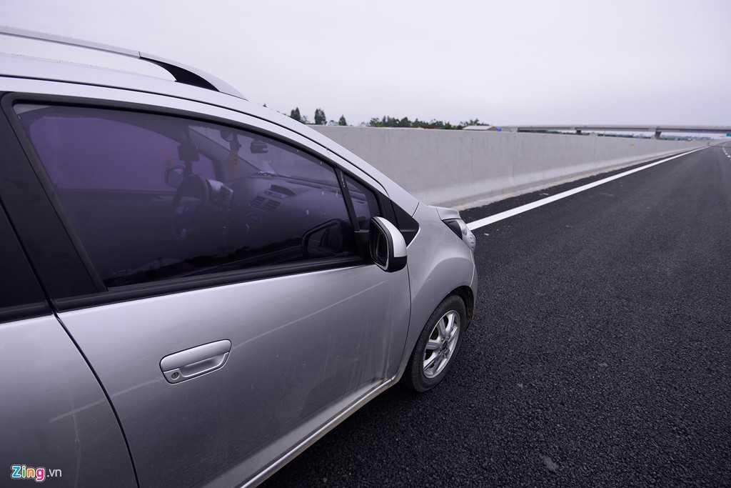 Các miếng phản quang cảnh báo được dán hai bên bề mặt dải phân cách chiều cao 1 m, cao hơn so với vị trí đèn của các phương tiện tránh làm chói mắt tài xế ở làn xe ngược chiều.
