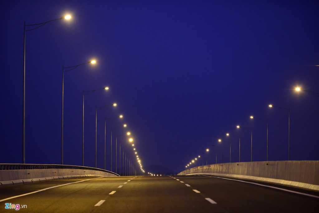 Đèn cao áp chỉ được lắp tại một số nút giao với quốc lộ, trên cầu và các điểm quan trọng.