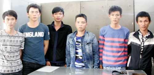 Các thanh niên hỗn chiến trước quán bar ở TP Nha Trang. Ảnh: N.X