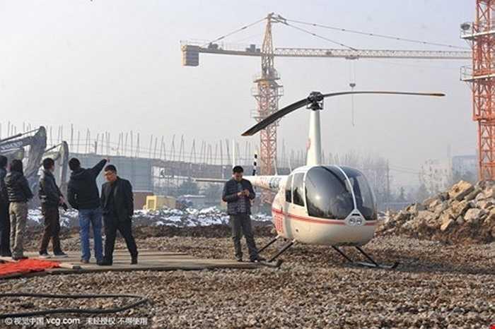 Một công ty nhà đất ở thành phố Lâm Nghi, tỉnh Sơn Đông (Trung Quốc) tung dịch vụ dùng trực thăng để đưa khách thăm thú căn hộ từ trên cao. Sau khi khách đã tham quan bên trong ngôi nhà xong, công ty đưa khách lên trực thăng để họ có cơ hội quan sát căn hộ 360 độ căn nhà từ trên cao.