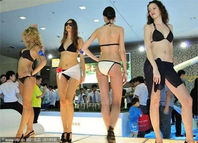 Người mẫu trình diễn áo tắm 'khuấy đảo' hội chợ bất động sản ở Thâm Quyến.