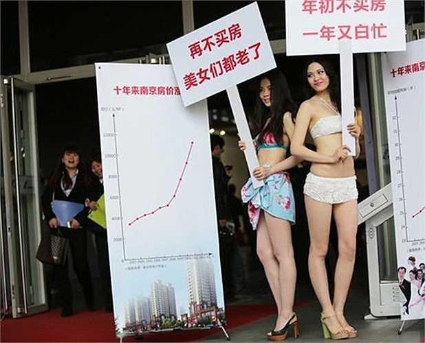 Tại một hội chợ bất động sản khác ở Trung Quốc, đơn vị đầu tư thuê người mẫu mặc đồ thiếu vải để thu hút sự chú ý. Các tấm biển quảng cáo ghi 'Hãy mua nhà trước khi những cô gái xinh đẹp già đi' và 'Mua nhà đầu năm nay kẻo thu nhập trôi qua tay'.