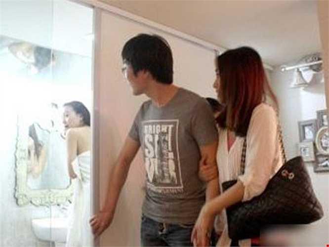 Nhằm thu hút khách hàng, một công ty nhà đất ở thành phố Ninh Ba (Trung Quốc) đã tung màn quảng cáo 'sống động'. Trong đoạn clip hơn 2 phút, người ta thấy rõ một cô gái đang nũng nịu giục chồng thức dậy, bỗng nhiên cửa phòng bật mở, một nhóm người xông vào phòng, chứng kiến đôi vợ chồng quần áo xộc xệch.