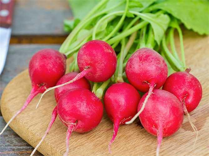 Củ cải đỏ: chứa nhiều vitamin C, giúp chữa và ngăn ngừa các vấn đề tiết niệu và giảm cholesterol.