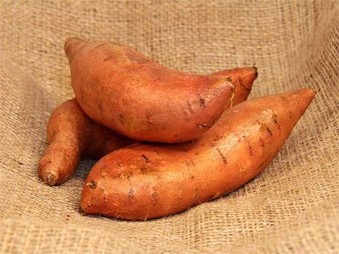 Khoai lang: chứa nhiều vitamin C, B6 & E, rất giàu chất xơ giúp có cảm giác no bụng. Loại củ này nên luộc.