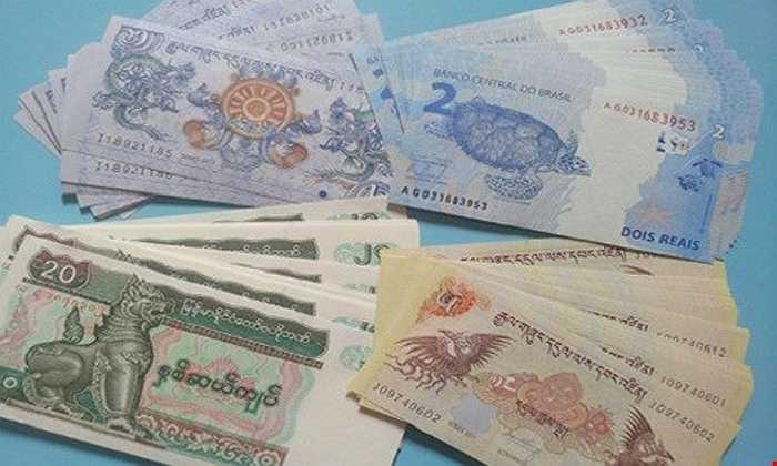 Năm nay, các bộ tiền lì xì Tết 2016 được rao bán khá sớm. Trong đó, bộ tiền Tứ Linh Long - Lân - Quy - Phụng được xem như tượng trưng cho sự quyền lực, may mắn, sức khỏe, sắc đẹp và sự vĩnh cữu có giá 180.000 - 200.000 đồng.