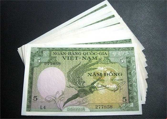 Theo những người bán/đổi tiền lì xì, đồng Long Phụng Sum Vầy là tờ tiền 5 Đồng của Ngân Hàng Quốc Gia Việt Nam được in vào năm 1955. Một mặt của tờ tiền có hình 2 con rồng phượng đang quấn lấy nhau thể hiện sự quây quần ngày tết, là biểu tượng hạnh phúc sum vầy, phúc lộc năm mới.