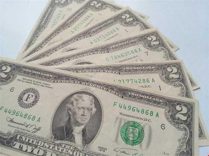 Được giới mê sưu tập và bán tiền đô, tiền lì xi coi là tờ tiền may mắn nhất và nếu như sở hữu seri đẹp thì tờ 2 USD 1976 sẽ rất đắt. Hiện đây là đồng tiền may mắn được rao bán với giá dao động 650.000 đồng.