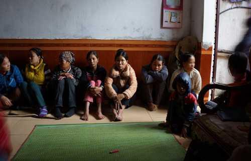 Người thân và hàng xóm kéo đến động viên gia đình thuyền trưởng Tuyên và ngóng chờ tin tức từ lực lượng cứu hộ. Ảnh: Lê Hoàng.