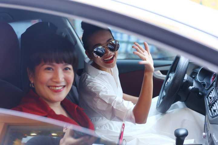 Thanh Hằng gây bất ngờ khi đưa đón Anh Thơ dự sự kiện ra mắt dòng sản phẩm mới của NTK Công Trí
