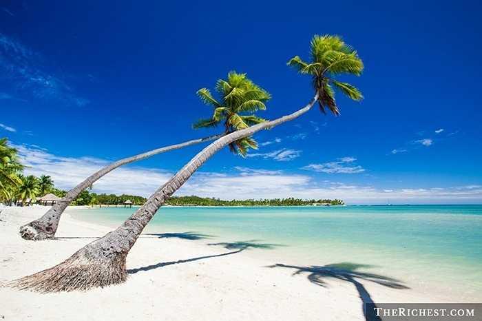 Quốc đảo Fiji xinh đẹp sẽ là điểm đến đầu tiên biến ước mơ xa xỉ của mọi du khách trở thành hiện thực. Fiji là hòn đảo rộng hơn 35 km2 tách biệt hoàn toàn với thế giới bên ngoài, đầy đủ các dịch vụ từ các villa sang trọng đến sân golf 18 lỗ, cưỡi ngựa, bơi, lặn..