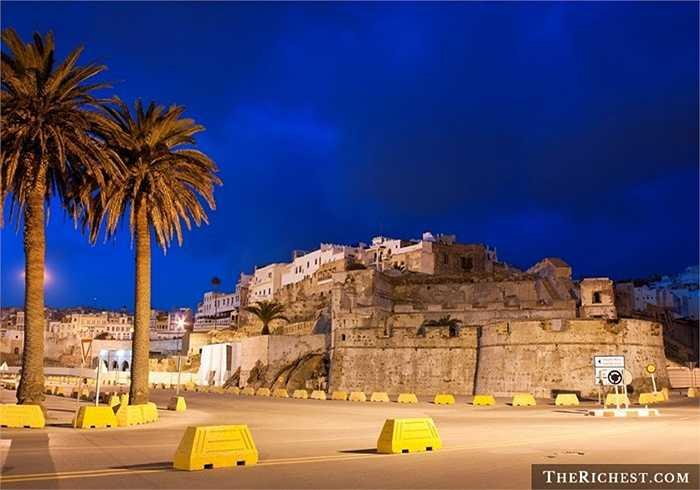 Là một thành phố của vương quốc Maroc, Tangier có lịch sử văn hóa lâu đời và đáng tự hào. Vào những năm 1920, Tangier là vùng đất không có luật pháp cũng là nguồn cảm hứng sáng tạo của các nhà văn, nghệ sĩ.