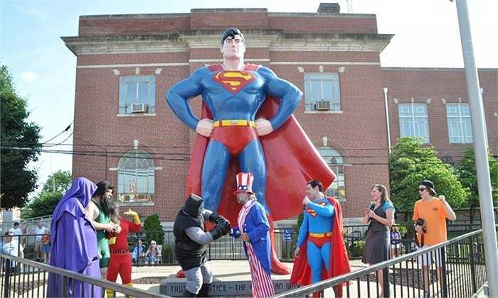 Nghị định năm 1972 đã chính thức tuyên bố Metropolis, Illinois là quê hương của Superman. Lễ hội Superman được tổ chức tại thị trấn này vào tháng 6 hàng năm thể hiện sự trân trọng và yêu mến của người dân địa phương đối với những người anh hùng.