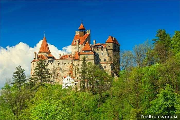 Vùng đất nổi tiếng Transylvania, Romania trong truyền thuyết ma cà rồng của Bram Stoker mang vẻ đẹp cổ kính, hoang sơ. Được mệnh danh là 'Land Beyond the Forest', Transylvania đầy cỏ tranh, nhà thờ và di tích Saxon, khu trượt tuyết và trung tâm nghệ thuật.