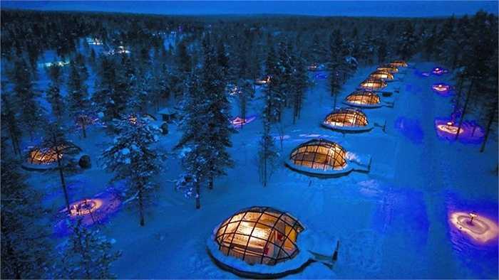 Ngôi làng đặc biệt ở Kakslauttanen, Phần Lan có tên Làng lều tuyết bởi kiến trúc độc đáo dành cho du khách đến đây. Các căn lều nhỏ được xây dựng phía dưới lớp băng tuyết, bầu trời đêm lọt qua từng tấm kính trong cái rét của mùa đông Phần Lan.