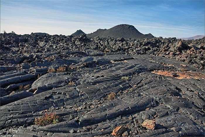 Craters of the Moon (tạm dịch Miệng núi lửa trên mặt trăng) ở bang Idaho, Mỹ có bề mặt rạn nứt độc đáo được hình thành từ 15000-20000 năm trước. Đến đây, du khách có cảm giác như mình là người sống sót sau một vụ chấn động địa chất lớn.