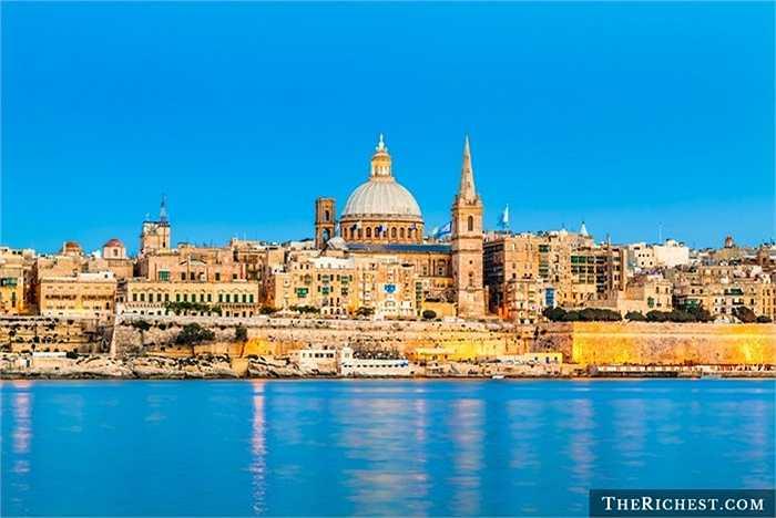 Malta, hòn đảo Địa Trung Hải là một trong những vùng có khí hậu tuyệt vời nhất trên thế giới. Hi Lạp, La Mã, người Moor và thực dân Anh đã lần lượt xâm chiếm vùng đất này. Viện bảo tàng, nhà hát opera, phòng hòa nhạc, đặc biệt cung điện đá vàng là những điểm hút khách du lịch ở đây.
