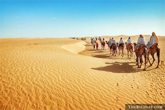 Nổi tiếng là sa mạc rộng và nóng nhất thế giới, vượt qua Sahara không phải là điều dễ dàng kể cả đối với những người ưa thử thách. Sa mạc Sahara trải rộng qua khắp các quốc gia và nền văn hóa Bắc Phi.