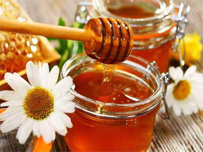 Tỏi với mật ong: Tỏi và mật ong là một phương thuốc tự nhiên trị cảm lạnh và cảm cúm. Nó hỗ trợ nhanh chóng khỏi lạnh. Băm nhỏ hai tép tỏi, trộn thêm một ít mật ong. và dùng hai lần để cảm thấy nhẹ nhõm hơn vì cảm lạnh.