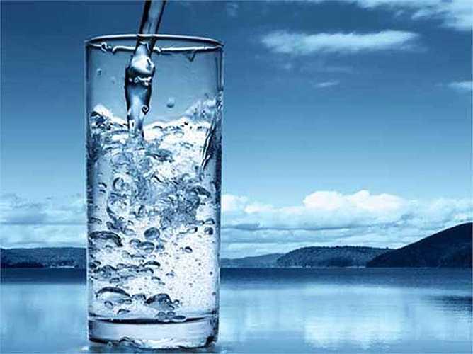 Uống tỏi với nước: Uống tỏi với nước có thể nhanh chóng làm giảm cảm lạnh trong vài phút. Lấy hai tép tỏi, đập nhỏ và thêm vào một cốc nước. Khuấy đều và uống. Thực hiện theo quy trình này cho đến khi bạn hết cảm lạnh.