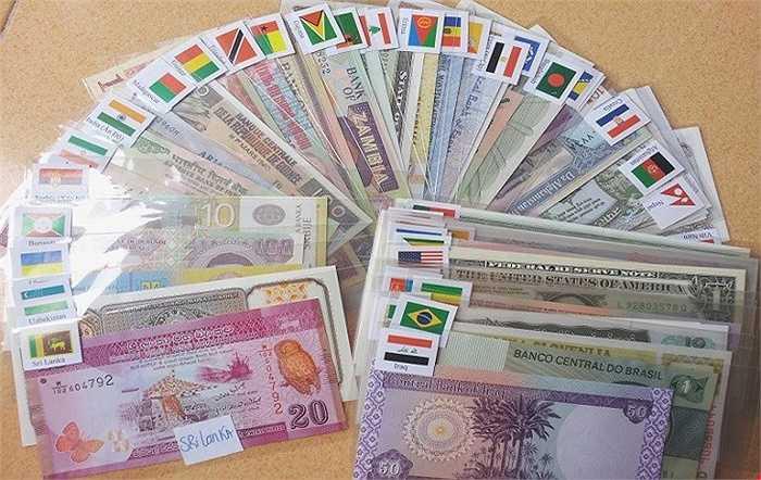 Bộ tiền giấy của 100 quốc gia cũng là món hàng độc, lạ mà nhiều người tìm mua. Tuy nhiên, giá để sở hữu bộ sưu tập này dao động từ 3 triệu đồng. Khách hàng chủ yếu là doanh nhân, người mê sưu tập tiền độc lạ.