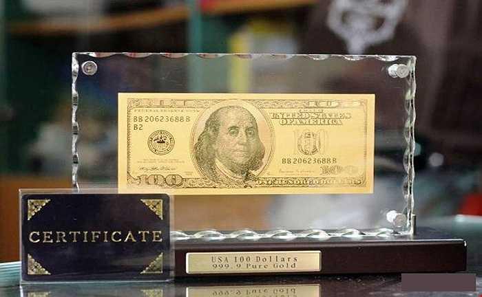 Tờ 100 USD Bằng Vàng 9999 bao giờ cũng có giá bán rất đắt đỏ. Được các cửa hàng quảng cáo làm từ vàng 24k, đế thủy tinh, số seri 688 (nghĩa là lộc phát phát) nhập khẩu nguyên chiếc từ Mỹ, có chứng nhận xuất xứ, tờ tiền này dao bán 3 triệu đồng.