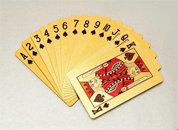 Ngoài rao bán tiền lì xì độc, nhiều cửa hàng rao bán bộ bài mạ vàng với giá 300.000 - 400.000 đồng.