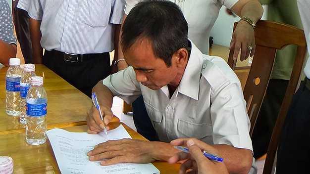 Ông Huỳnh Văn Nén làm thủ tục yêu cầu cơ quan tố tụng bồi thường oan sai - Ảnh: Nguyễn Nam