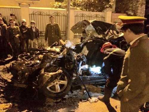 Lực lượng khám nghiệm hiện trường vụ tai nạn - Ảnh: Thành Trí