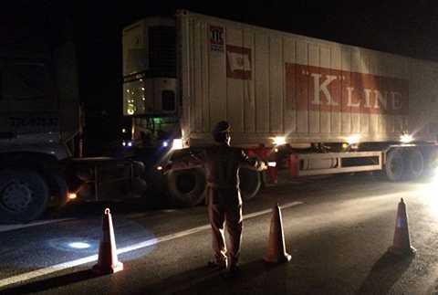 Lực lượng CSGT tiến hành phân luồng, hướng dẫn các phương tiện lưu thông di chuyển qua khu vực xảy ra tai nạn