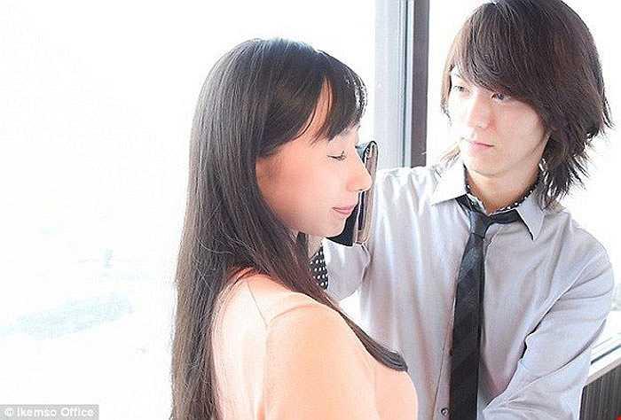 Dịch vụ cho thuê trai đẹp lau nước mắt: Với 65 USD, phụ nữ Nhật Bản có thể thuê một chàng trai đến lau nước mắt và an ủi mình mỗi khi gặp khó khăn trong cuộc sống. Dịch vụ kỳ lạ này mở ra với mong muốn giúp nữ giới vượt qua căng thẳng trong cuộc sống bận rộn ngày nay. Họ chỉ cần gọi điện đến công ty và lựa chọn một trong 7 chàng trai đáng yêu. Người này sẽ đến tận nơi làm việc của khách hàng để họ có thể khóc, giải tỏa căng thẳng.