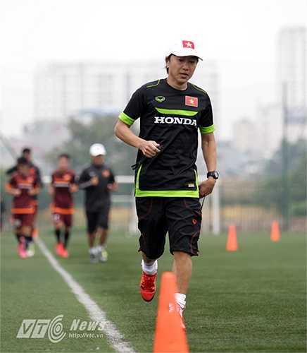 HLV Miura tham gia chạy cùng các học trò.