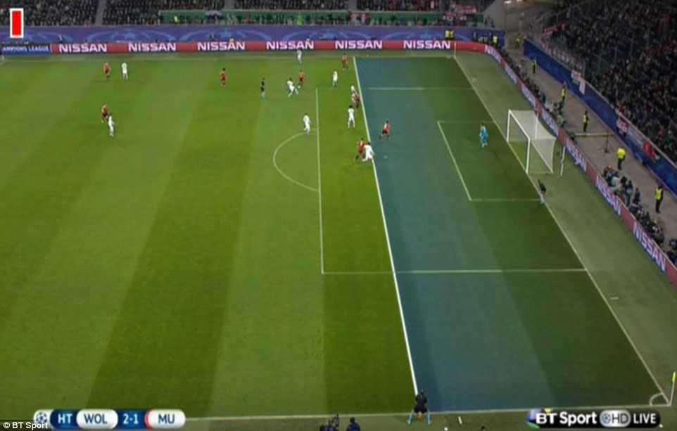 Juan Mata đã ở trong tư thế việt vị và có tác động gây ảnh hưởng đến thủ môn Benaglio của Wolfsburg