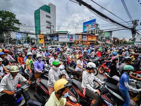 Cảnh tắc đường vốn dĩ đã là điều khá quen thuộc vào giờ cao điểm ở các thành phố trên thế giới. Đây là cảnh tượng hỗn loạn và nghẹt thở ở Thành phố Hồ Chí Minh, Việt Nam trong một buổi sáng