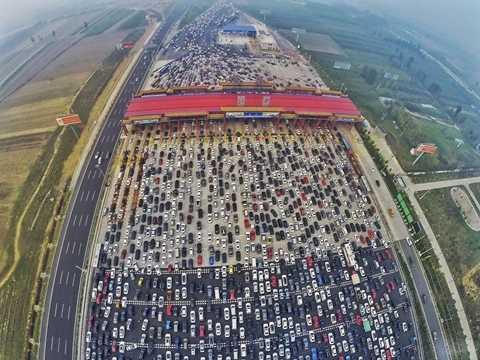Tắc nghẽn tại một trạm thu phí ở Bắc Kinh, Trung Quốc sau khi người dân vừa đi nghỉ kỳ nghỉ lễ dài ngày trở lại thành phố