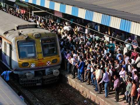 Tàu vào ga ở Mumbai, Ấn Độ
