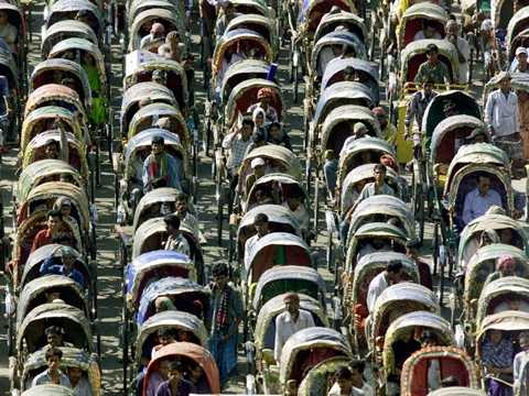 Xe kéo là một phương tiện di chuyển khá phổ biến ở Bangladesh và khi quá đông xe kéo ra đường thì kết quả là như thế này