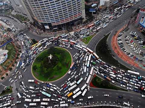 Một vòng xuyến chật ních phương tiện giao thông ở Hạ Môn, Trung Quốc
