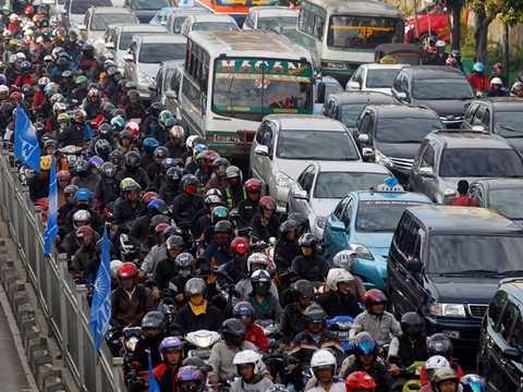 Đường phố ở Jakarta, Indonesia được phân làn rõ ràng cho <a href='http://vtc.vn/oto-xe-may.31.0.html' >ô tô</a>, xe máy và xe bus nhưng cũng không tránh khỏi sự tắc nghẽn