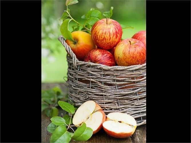 5. Táo: những lợi ích của táo giúp ngăn chặn ung thư vú, và ăn cả vỏ thì rất tốt. Vỏ táo có đầy đủ chất xơ, chất chống oxy hóa và chất dinh dưỡng khác. Táo giúp chống lại sự lan rộng của các tế bào ung thư và ngăn ngừa sự tấn công của bệnh ung thư vú.