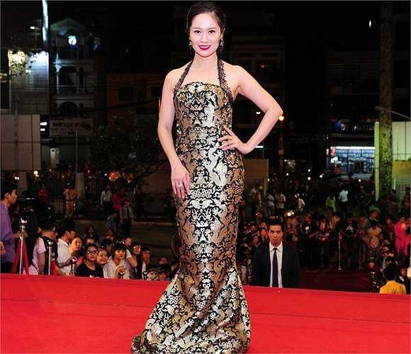 Lễ bế mạc Liên hoan phim Việt Nam diễn ra với nhiều gương mặt quen thuộc. Nữ diễn viên Thanh Thuý khoe sắc với bộ đầm ánh vàng